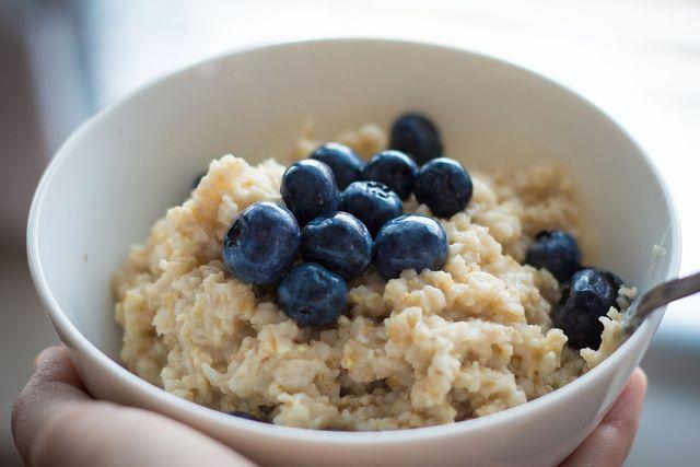 Haferflocken zum Frühstück - zum Beispiel als Porridge - belasten den Magen nicht