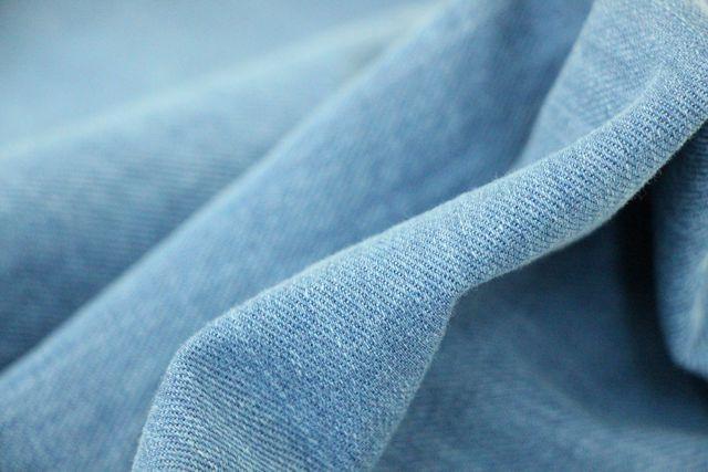 Mit einer alten Jeans kannst du die stumpfen Rasierklingen einfach wieder schärfen.