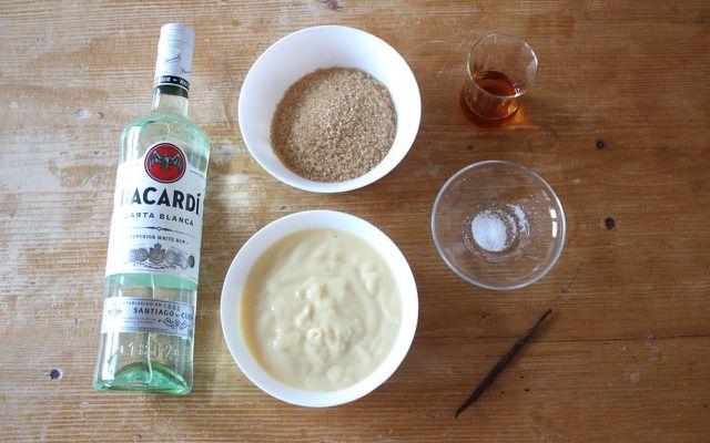 DIY-Ostergeschenk veganer Eierlikör: Vanillepudding, Rum, Rohrzucker, Cointreau und eine Prise Salz.