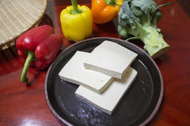 Tofu schmeckt toll zu frischem Gemüse.