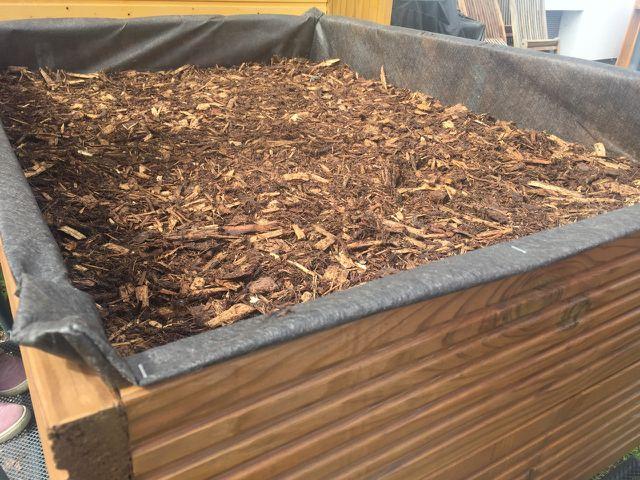 Als unterste Schicht empfiehlt sich Holzschnitt und Geäst aus dem Garten.
