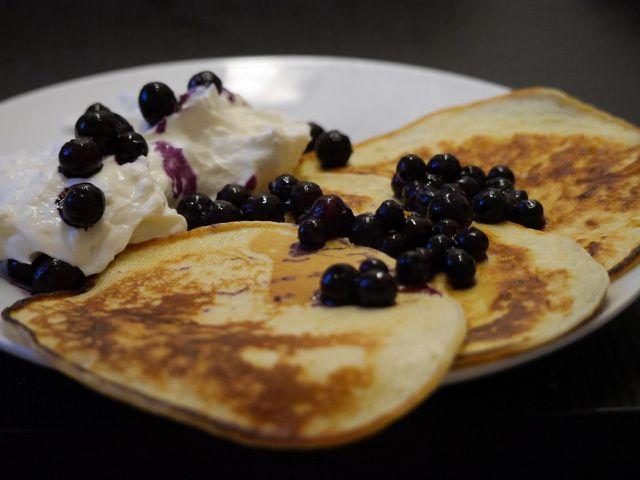 Zu Quarkpfannkuchen passen frischer Quark und Beeren.