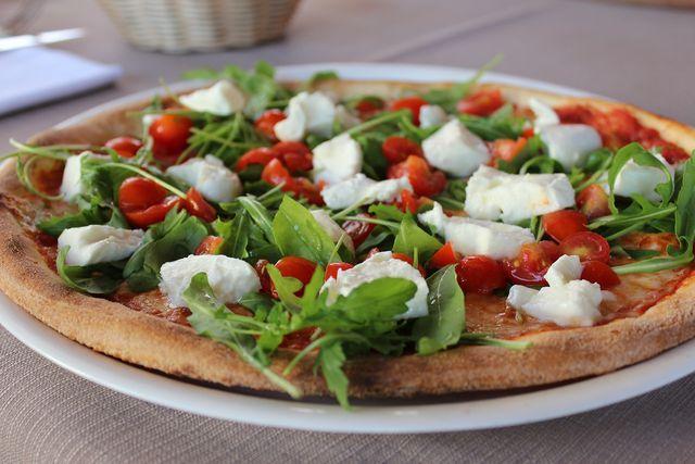 Du kannst die Rucola-Pizza nach dem Backen mit weiteren Toppings, wie zum Beispiel (veganem) Mozzarella oder Parmesan belegen.