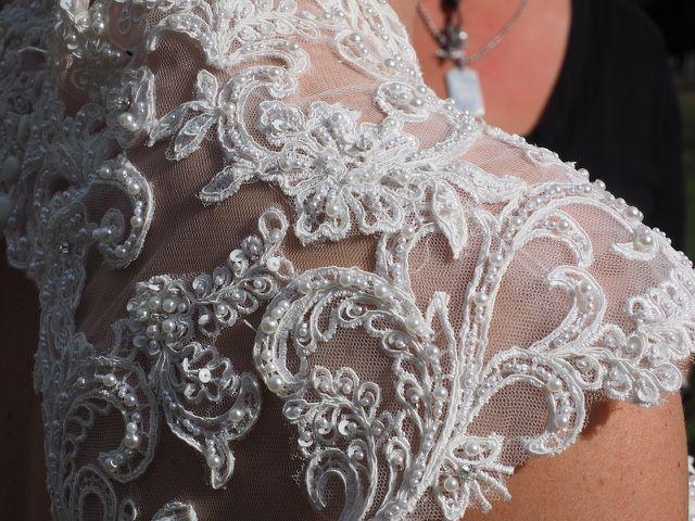 Für Kleidungsstücke mit Spitze, Seide, aufgenähten Perlen und Pailletten oder Stickereien empfiehlt sich meist eine Handwäsche.