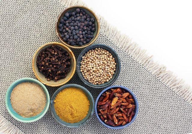 Frisch gemahlene Gewürze machen das Kichererbsen-Curry besonders aromatisch.