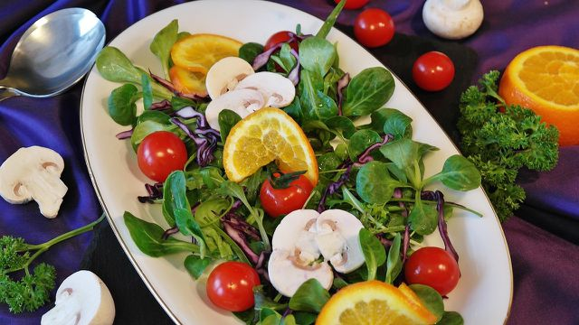 Kaltgepresstes, natives Sonnenblumenöl kannst du gut für Salatdressings verwenden.