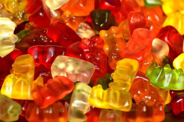 In herkömmlichen Gummibärchen sind oft viele Zusatzstoffe wie Aromen und wenige natürliche Produkte enthalten.
