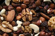 Nüsse und Samen dürfen in der Paleo-Ernährung gegessen werden.