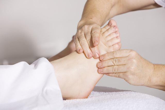 Eine wohltuende Fußmassage entspannt den ganzen Körper.