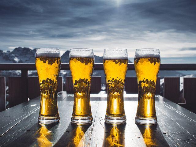 Damit Bier auch nach längerer Lagerung noch klar aussieht, werden Schwebstoffe herausgefiltert.