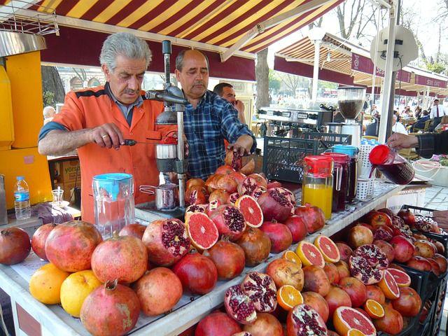 Marktstand verkauft Saft vom Granatapfel, von Orangen und anderen Früchten