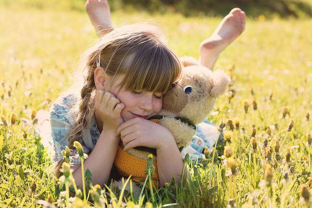 Wenn sich dein Kind geborgen fühlt und wenig Stress hat, verbessern sich seine Abwehrkräfte.