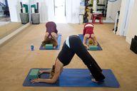 Sport machen in der Yoga Gruppe.