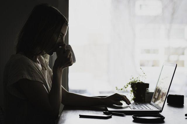 Schlechte Laune bei der Arbeit könnte ein Hinweis sein, mehr Pausen zu machen.