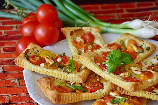 Herzhafte Blätterteigtaschen kannst du leicht abwandeln, indem du verschiedene Gemüsesorten, Nüsse, Aufstriche & Co. verwendest.