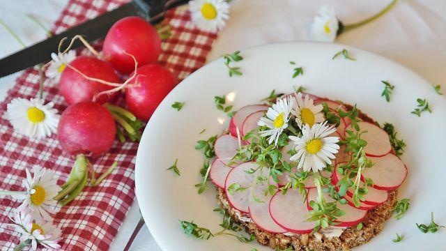 Mit selbstgemachtem Aufstrich und frischem Gemüse schmeckt Vollkornbrot besonders lecker.