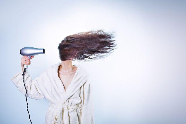 Vermeide Hitze, um deine Kopfhaut zu schonen und Pickel loszuwerden.