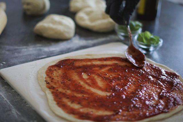 Pizzastein reinigen: Reste, Tomatensauce & Co wirst du auf verschiedene Weise los.
