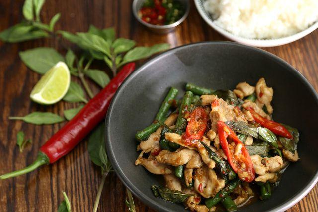 Thai-Basilikum kannst du zum Beispiel als Topping für verschiedene Wok-Gerichte verwenden.