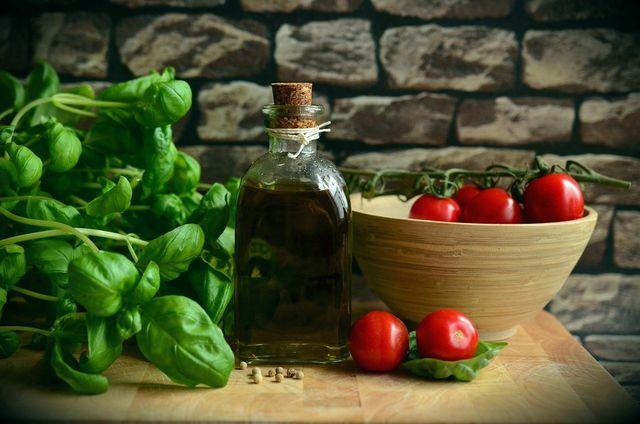 Gutes Olivenöl, reife Tomaten, frisches Basilikum - mehr braucht es nicht, um Tomatensoße selber zu machen.