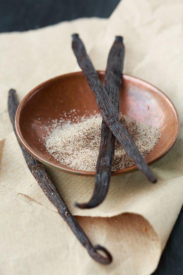 Zucker, Zimt und Vanille für süße Kürbisbrote.