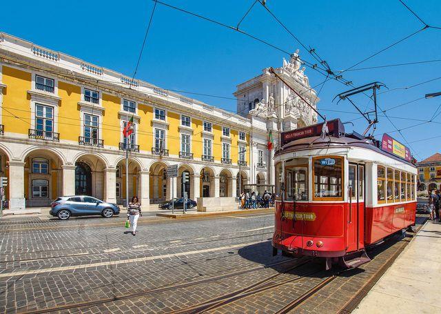 In nur zehn Stunden bringt dich der spanische Trenhotel von Madrid nach Lissabon.