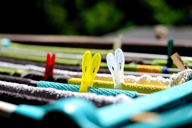 Trockne das Mikrofasertuch nach dem Waschen auf der Wäscheleine.