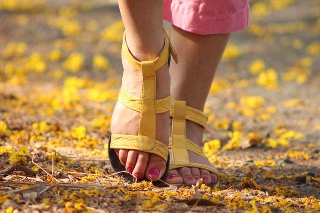 Luftiges Schuhwerk kann helfen, Fußpilz vorzubeugen.