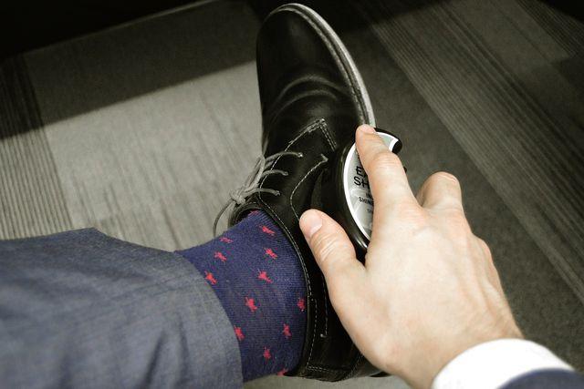 Zuerst solltest du deine Schuhe von Schmutz befreien.