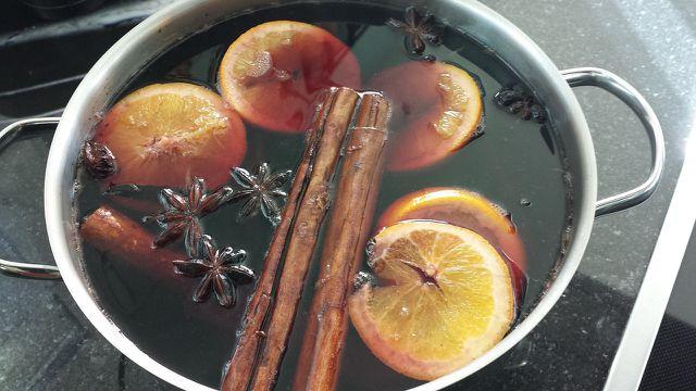 Die Teesorte bestimmt die Farbe vom Apfelpunsch.