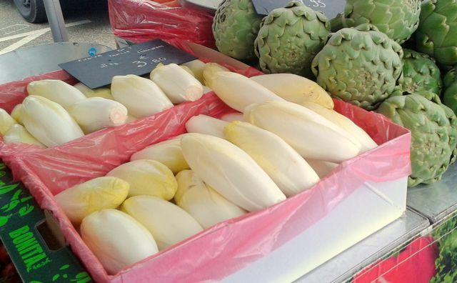 Auf Wochenmärkten findest du auch im Winter regionalen Chicorée.