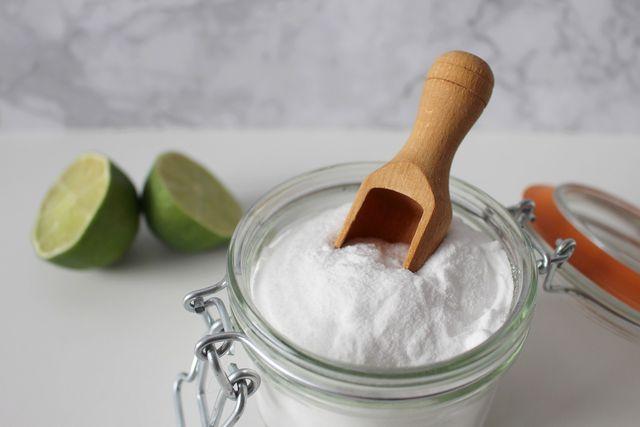 Natron und Zitronensäure sind einfache Hausmittel, um im Bad lästige Seifenreste zu entfernen.