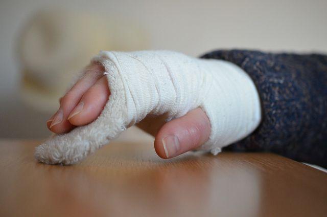 Die Auslandskrankenversicherung sorgt auch für den Armbruch im Urlaub.