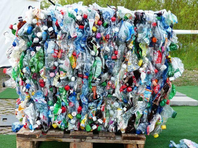 So sieht ein Ballen von PET-Flaschen vor dem PET-Recycling aus.