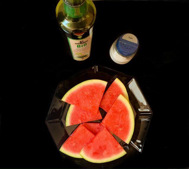Für gegrillte Wassermelone brauchst du nicht viele Zutaten.