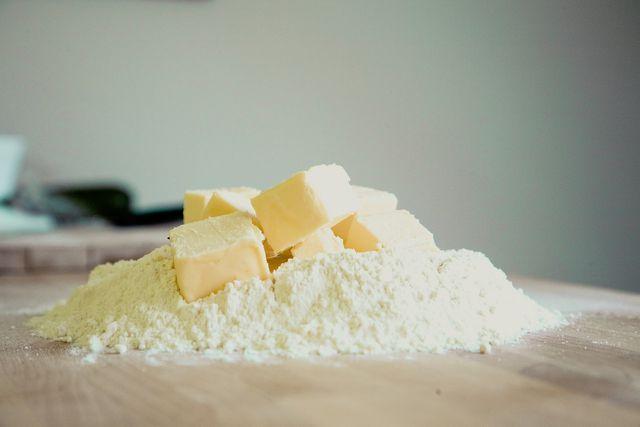 Für den Apfel-Streuselkuchen vom Blech brauchst du Mehl, Margarine, Zucker und Äpfel.
