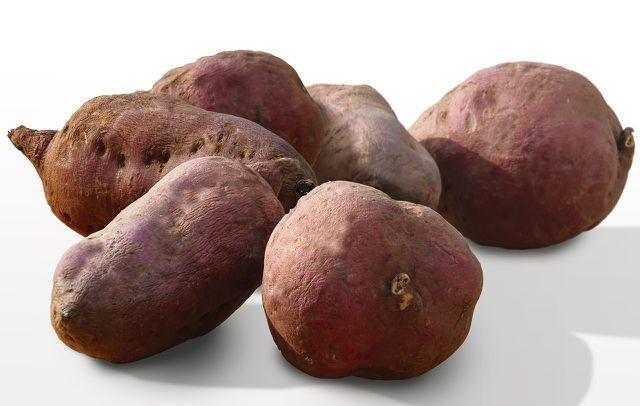 Mit etwas Öl und den passenden Gewürzen kannst du Süßkartoffel-Pommes selber machen.