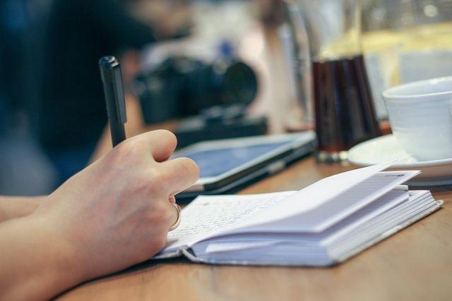 Erstelle eine Liste mit allen Gewohnheiten, die deinen Alltag bestimmen und überlege, welche du ändern möchtest.