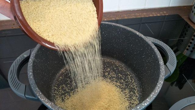 Couscous stammt aus Nordafrika und ist dort ein Grundnahrungsmittel.