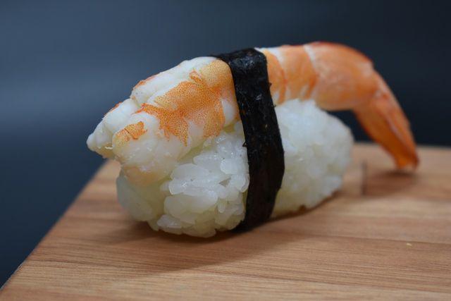 Sushi Nigiri mit Garnele – es geht aber auch vegetarisch.