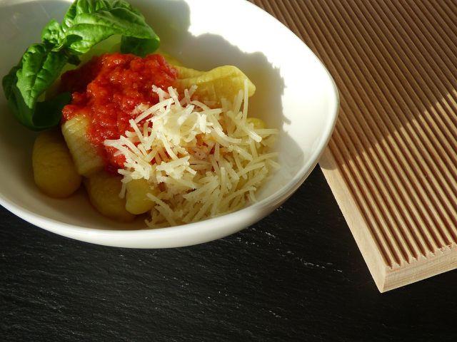 Gnocchi werden auf der Basis gekochter Kartoffeln hergestellt und können je nach Belieben mit verschiedenen Kräutern und Gewürzen verfeinert werden.