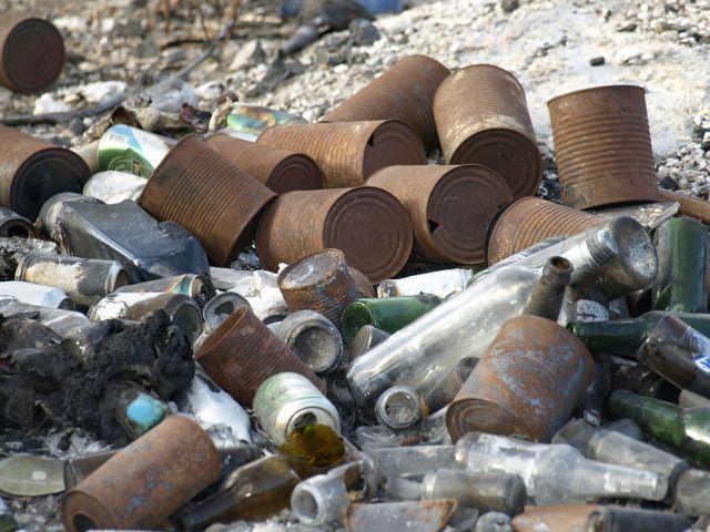 Die Zersetzungsdauer für Abfall kann sich je nach Zusammensetzung und Witterung unterscheiden.