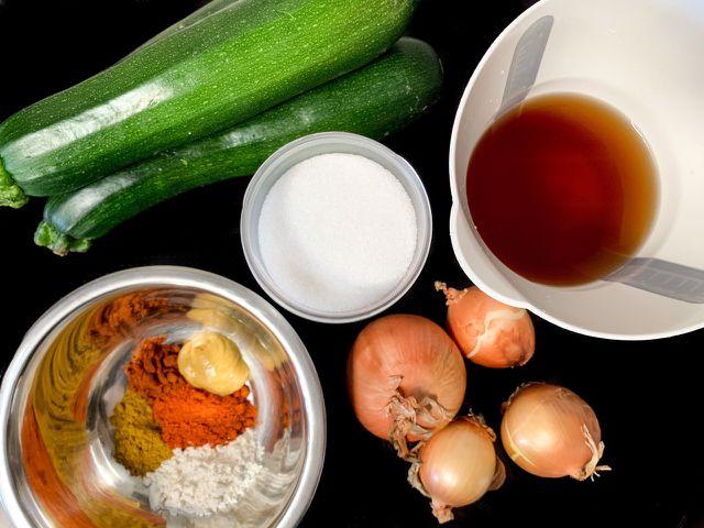 Zucchini, Zwiebeln, Essig, Zucker und Gewürze – mehr brauchst du für ein Zucchinirelish nicht.