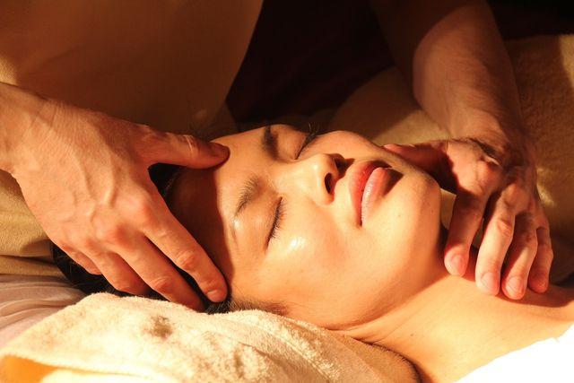 Eine Shiatsu-Massage soll den Energiefluss im Körper anregen und so unterschiedliche Beschwerden lindern können.