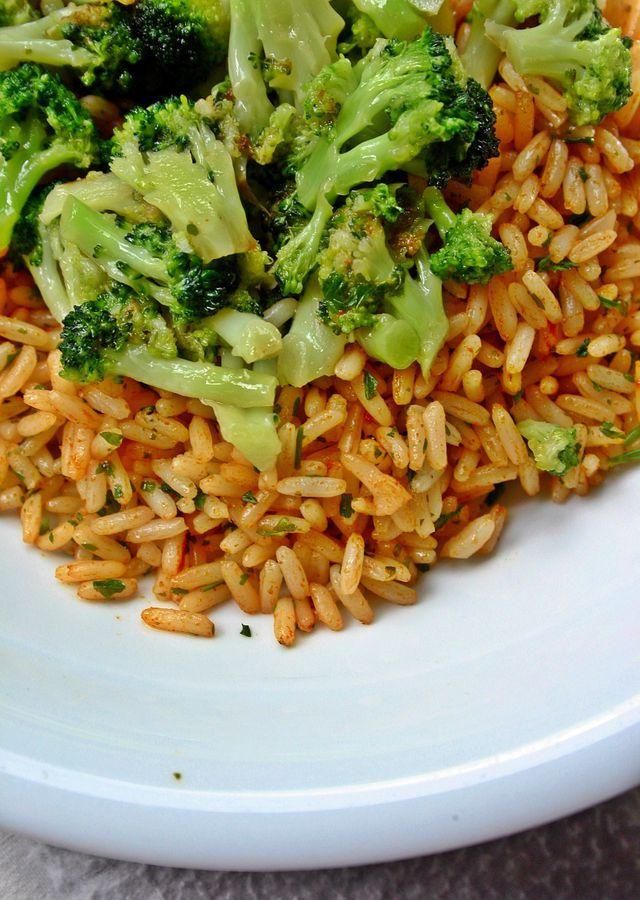 Aus Brokkoli, Reis und Kichererbsen kannst du schnell und einfach ein vollwertiges veganes Gericht zaubern.