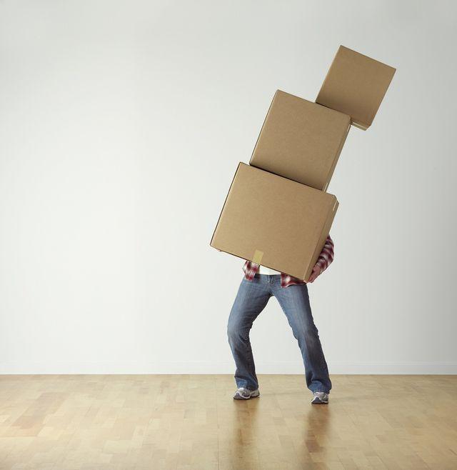 Eine falsche Körperhaltung beim Tragen schwerer Lasten kann zu Ischiassschmerzen führen.