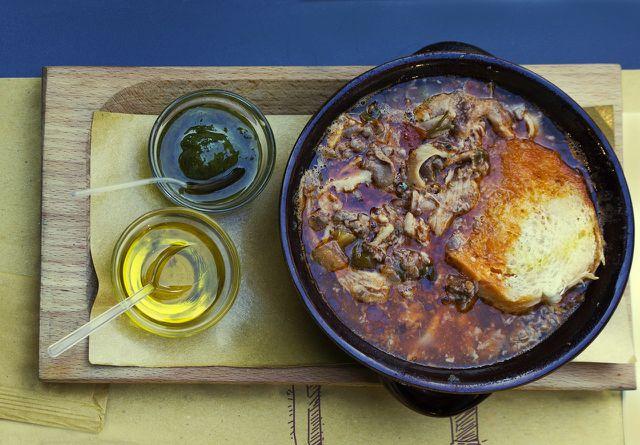 Heimische Suppen und Eintöpfe wie Gulasch schmecken mit Piment besonders gut.