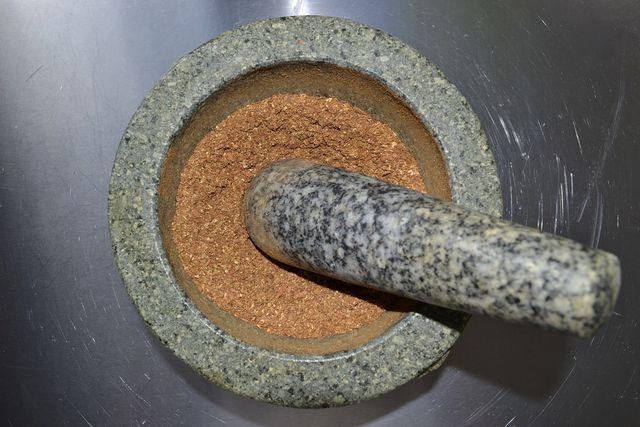 Für unser Garam-Masala-Rezept benötigst du einen Mörser.