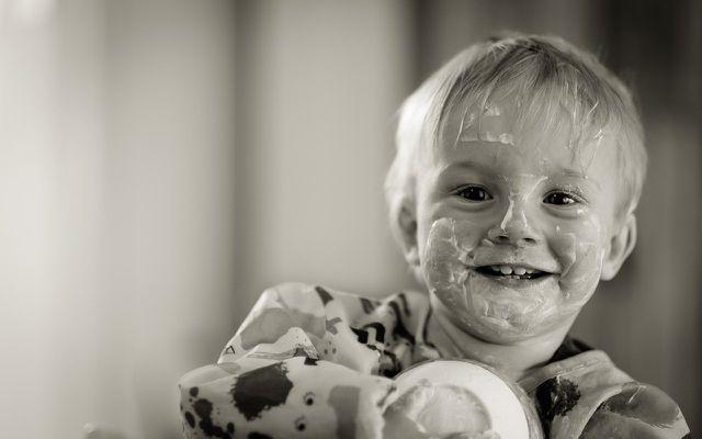 Wenn du Beikost einführst, sollte dein Kind kleckern dürfen.