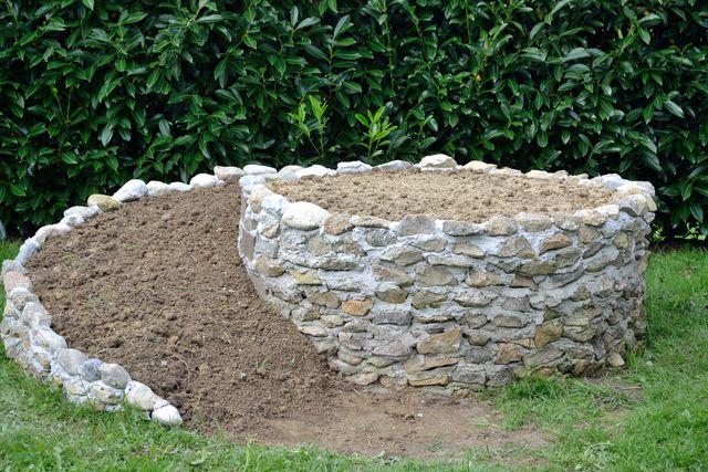 Die Füllung besteht zu unterschiedlichen Teilen aus Schotter, Sand und Kompost.